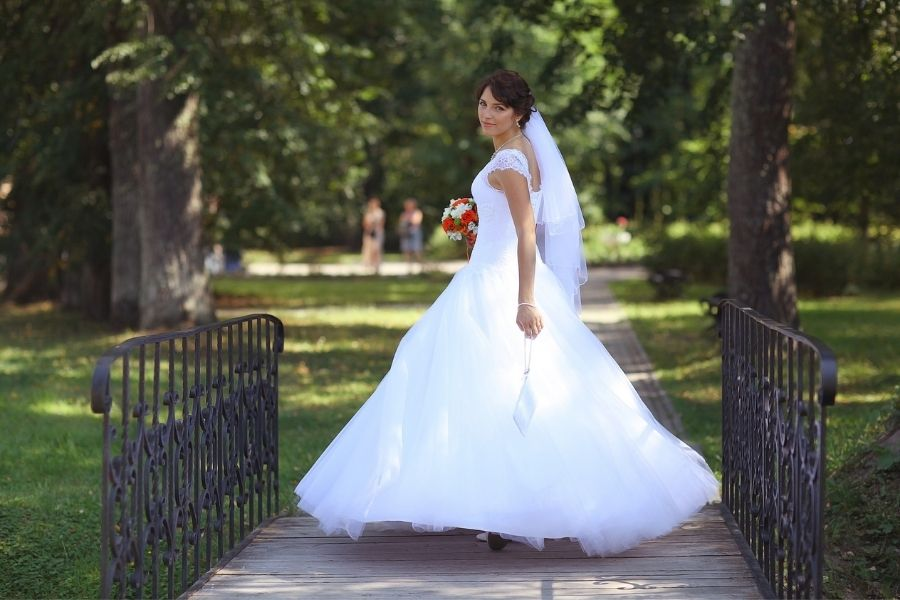 Posing tips for a bride on her wedding day